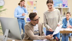 健康的同事關係,是彼此不說太多私事,但願意在職場上互相協助