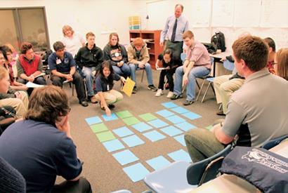 ▲探索式教育重視團隊學習,老師扮演和學生一起探索答案的嚮導角色。