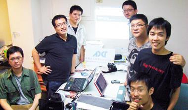 ▲徐挺耀(右排最後)號召組成的救災隊人力吃緊,志願投入的他們獲得網友支持,其中甚至有雅虎、Google工程師共襄盛舉。