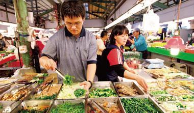 ▲一盒25元的小菜,一個月賺不到2萬元,卻是呂偉立母子唯一的經濟來源。