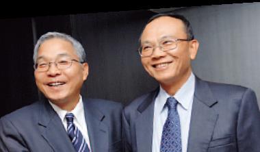 ▲3年前,茂德董座陳民良(右)與爾必達社長坂本幸雄 (左)曾結盟,如今一慘虧一破產。