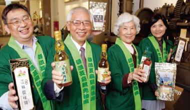 ▲主惠實業董事長吳武雄(左2)以土豆油起家,現轉型以芝麻油為主力產品。