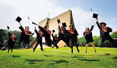 東海大學移植自西方的博雅書院,書院生必須通過高達50%淘汰率的考驗,才能贏得穿上黑袍的榮耀。
