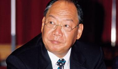 涉內線交易的甘建福、甘賴榮玉夫妻赴國外旅遊,因兒子甘智文二度被押,回台計畫生變。