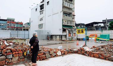 全台4 成以上的建物屋齡逾30 年,常有管線老舊、漏水等問題,但此次修正的《都市更新條例》草案,等同都更之路越走越窄,也宣告老房挖黃金美夢破碎。