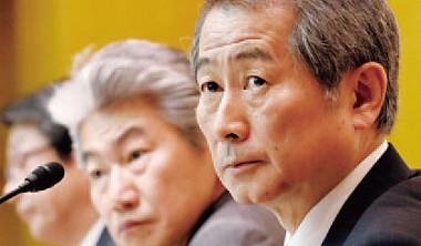 野村控股涉及Inpex 等多起情資洩漏,執行長渡部賢一(右)下台以示負責,卻挽不回日本金融界的可信度。
