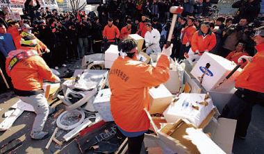 韓國民眾「反三星」情結已久,2008 年三星經營的採油船造成韓國史上最大漏油,韓國漁民當時還上街砸三星產品抗議。