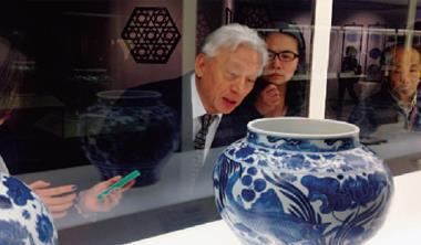 上海博物館展出的青花魚藻紋罐,令聯電榮譽董座曹興誠(左1)讚歎不已,連兩天一共5 次流連於此罐前。