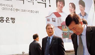 韓國公司文化以加班為尚,不鼓勵準時離開公司,工時1 年高達2,193 小時,居OECD 之冠。