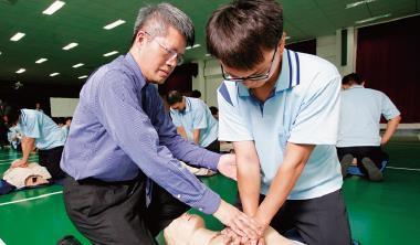 醫師林煥博(前排左)