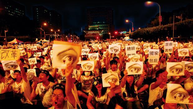 八月三日晚上,二十五萬人聚集總統府前凱達格蘭大道,要求政府交出義務役下士洪仲丘的死亡真相。