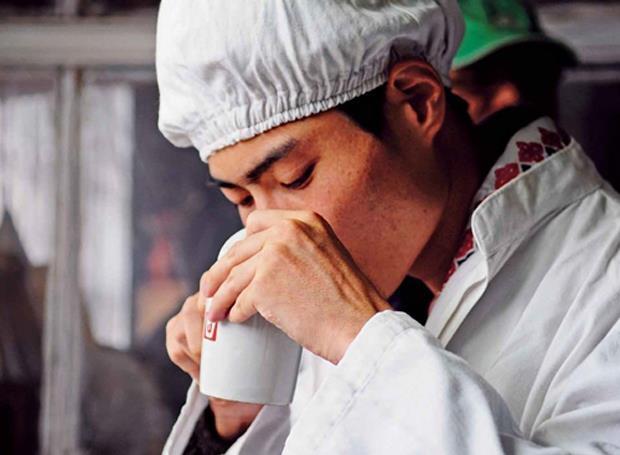 台灣第一人!穿越60度險坡  探訪零污染紅茶