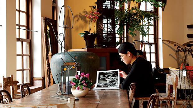 喝咖啡時坐的椅子、使用的桌子幾乎都是上了年紀的老家具(部分為新製)。