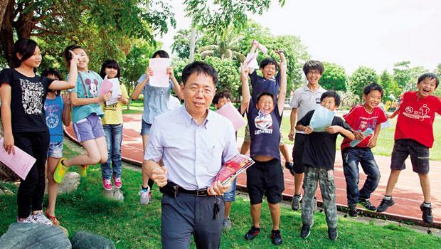 彰化永靖鄉福興國小教師 陳建榮(中)
