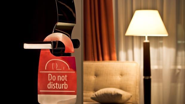 沒有搜索票就破門、限制自由,這是哪門子的「顧客關懷」?