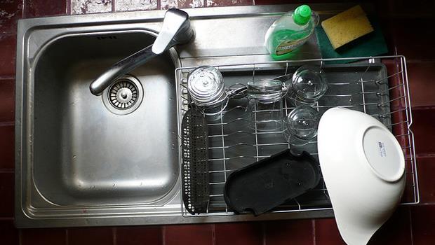 洗碗槽水管好難清!「橘子+水」輕鬆去污又芳香