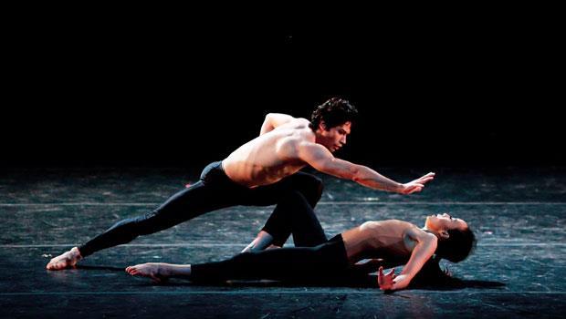 許芳宜和美國芭蕾舞團首席赫曼‧科內約(Herman-Cornejo)共舞的《費洛蒙》情感豐沛緊勾觀眾雙眼。