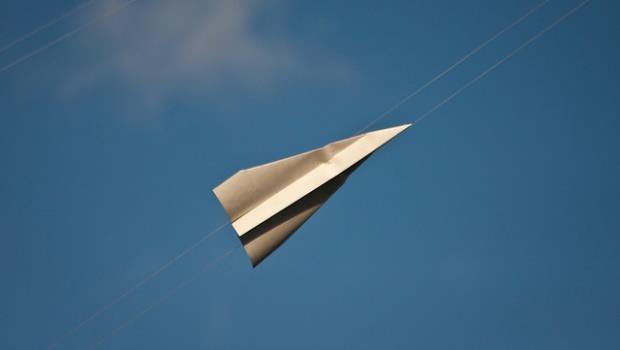 每個男人的兒時夢幻品!紙飛機邊折邊射,這把機關槍做到了