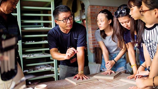 蘭地文史工作室負責人、佛光大學文化資產與創意學系助理教授 莊文生,帶隊拜訪宜蘭陶藝家陳建華,在陶板上按壓手印。