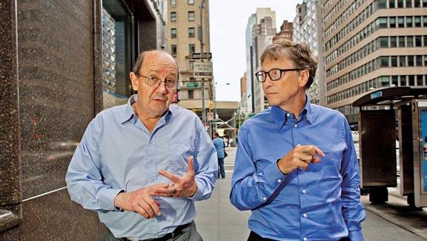 歷史教授克里斯堤安(左)與比爾.蓋茲(右)邊走路邊討論新的歷史授課方式,這門新學問,有取代傳統課程之勢。