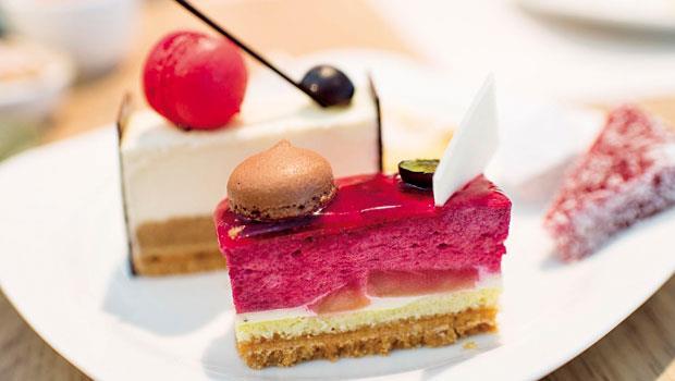 寒舍樂廚的慕斯入口滑順,層次混搭得宜,黑醋栗蘋果慕斯蛋糕擁有均衡的酸甜滋味。