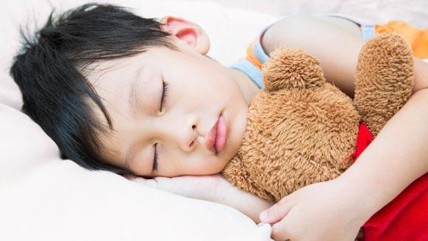 小孩一到晚上就精力充沛?聰明哄睡12招,爸媽不再黑眼圈