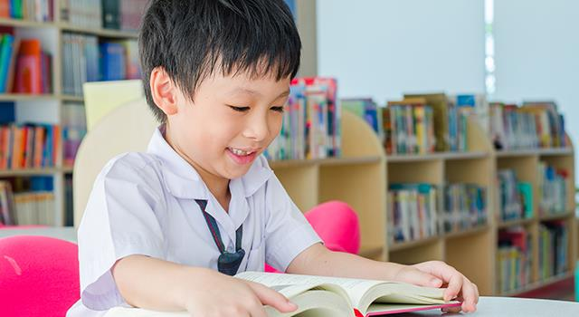 每天在學校打架、被寫聯絡簿的小孩,是怎麼學會「安靜看書」的?