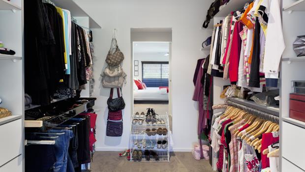 4招「衣櫃收納活用術」》除了衣架、掛勾,用這個,讓新年掃除更輕鬆!