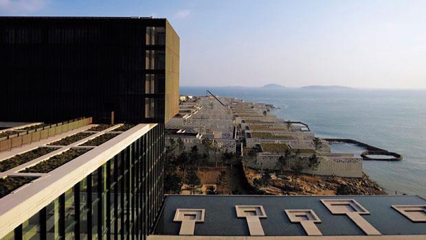 旅館的設計概念啟發自青島海運轉口站功能,像是一個個臨海而置的貨櫃。