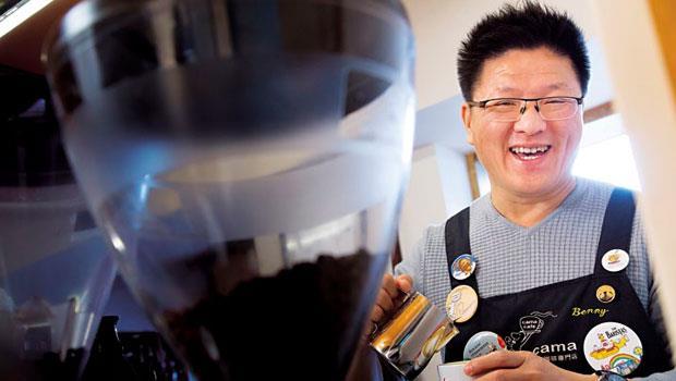 連騎車外送都有SOP!》cama café 創辦人:6分鐘內得完成三杯綿密的拉花拿鐵 ,才能開張營業!