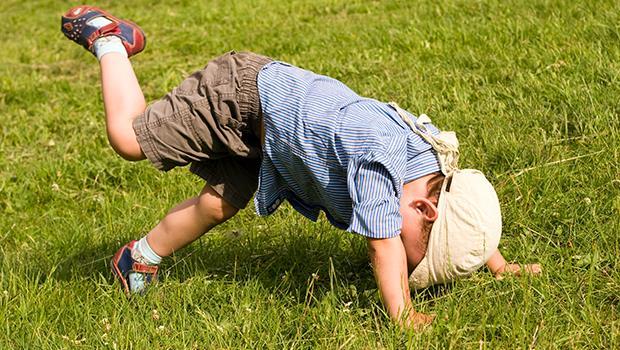 一個坐視兒子再三跌倒的「殘忍母親」:愛他,就要保護他?