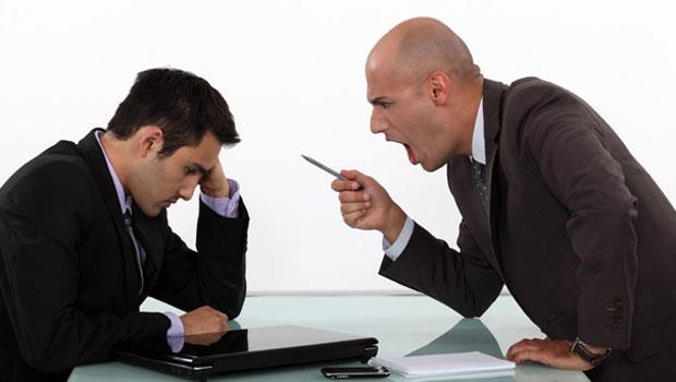 職場霸凌!面對一個不講理、又常語言暴力的資深員工,這個菜鳥的反擊是......