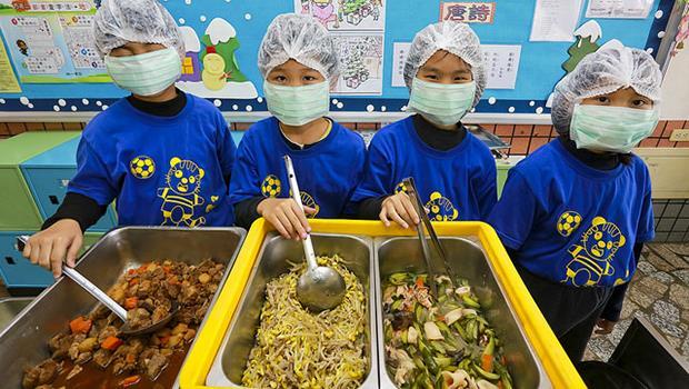 公立中小學的營養午餐多採用「最低價者得標」,孩子的健康可以「低價收購」嗎?