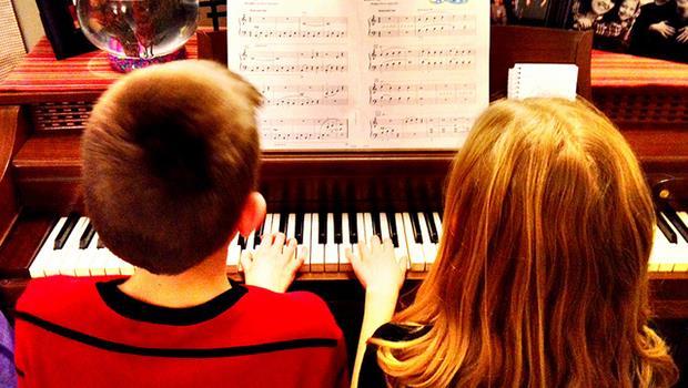 學音樂不僅不會變壞,還會變聰明?TED:彈奏樂器是大腦的「全身運動」