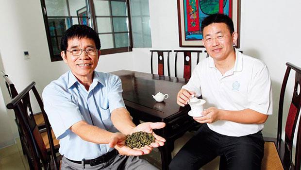 為了完成爸爸陳梓旺(左)愛茶的心願,陳俊維(右)當了十多年的「茶農」,有機、無毒的原茶,終於受到習近平青睞。
