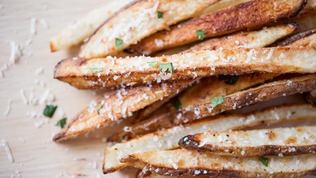免油炸!用「烤箱」15分鐘做出「帕馬森香蒜薯條」,熱量低又美味
