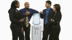 問題思考的「點線面」》公司飲水機舊又髒,3個員工輪流陳情都沒用...當第4個人對小氣老闆說這句話卻成功了