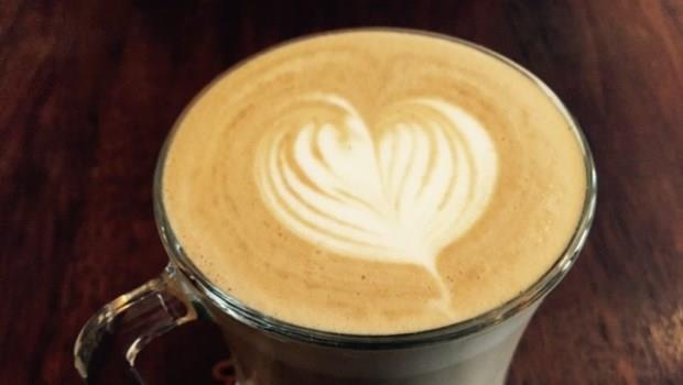 在菜市場旁陋巷的咖啡館!這裡不但咖啡品質超高,連點心都是飯店等級材料
