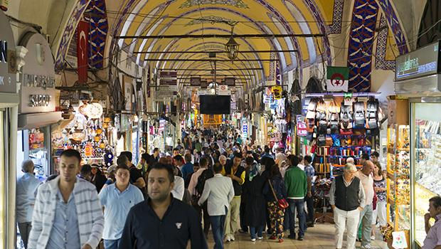 在土耳其遇到抗議,催淚瓦斯讓我眼淚直流...一個陌生人的貼心舉動,才讓我理解「壯遊」的意義