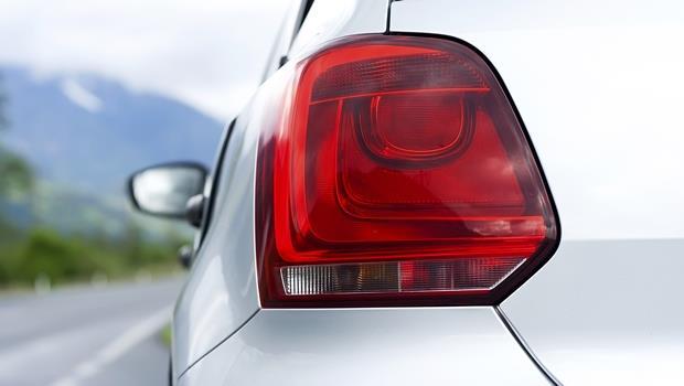 超實用!日本汽車新發明:開車門、倒車...看「車頭燈」就知道,不用再比手畫腳