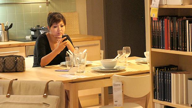 現代夫妻都這樣嗎?罵完老公「不要在家打電腦辦公事!」,太太就不停滑手機看LINE回臉書