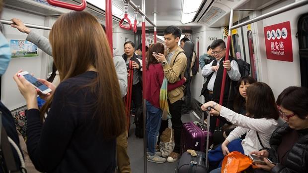有異味、狂推猛擠...搭大眾交通工具最惱人的10件事,小心!你中了哪幾個?