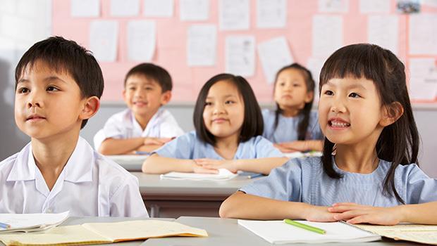 孩子寫「爸爸在畫畫」老師卻紅筆一劃全改掉》看一個詩人這樣教,小孩才不會寫出「樣板作文」