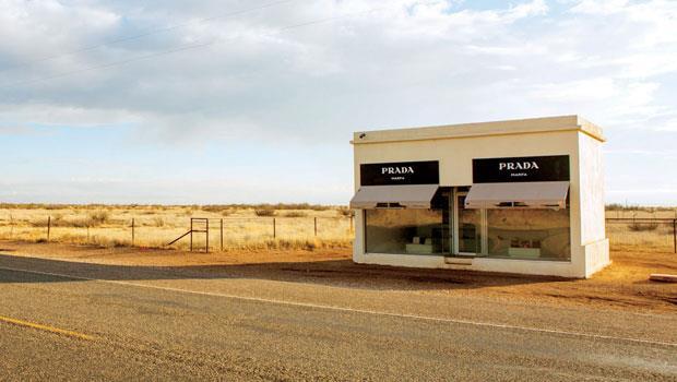 由藝術家搭檔艾姆葛林與德拉格賽特(Elmgreen & Dragset)打造的裝置藝術品〈普拉達在馬爾法〉(Prada Marfa),位在90號美國國道旁。
