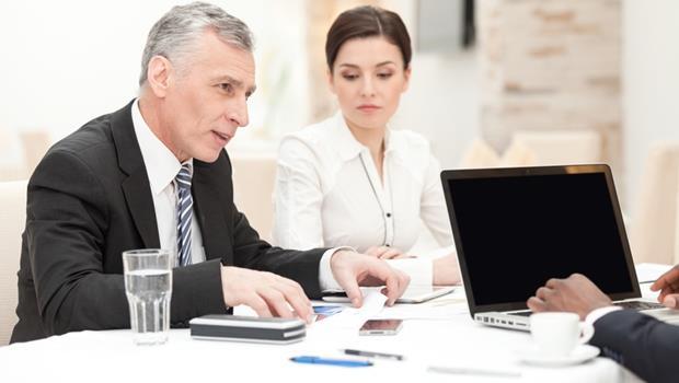 別再只看KPI!一件事告訴你:為什麼資深老員工做的事比你少,薪水還領的比你多?