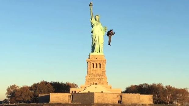 花八年研發「噴射背包」,澳洲企業家背上後直接飛越休士頓河,和自由女神說嗨