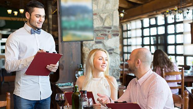 消費心理學》生日壽星用餐贈送「神秘小禮物」 或是 「特調紅茶」,你會選擇去哪家餐廳?