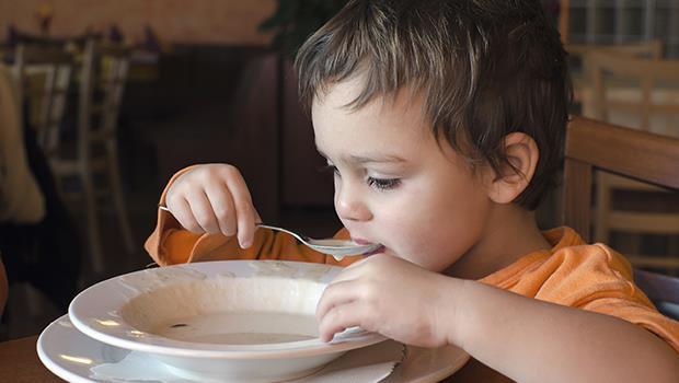 「隔壁小孩乖乖吃飯,你怎麼不聽話?」荷蘭爸爸:台灣的「盲從教育」無所不在