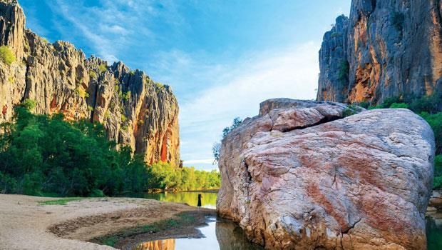溫迦那峽谷國家公園(WindjanaGorge National Park),兩旁被水侵蝕的岩壁聳立100公尺。