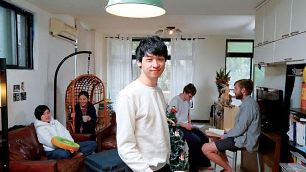 潘信榮(中)與室友時常聚在開放式的廚房與客廳,一起工作、料理三餐,讓旅外租屋生活也能有家的感覺。
